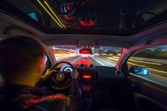Взгляд дороги города ночи изнутри автомобиля Стоковая Фотография