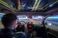 Взгляд дороги города ночи изнутри автомобиля Стоковые Изображения