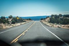 Взгляд дороги изнутри автомобиля за консолью Стоковая Фотография