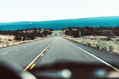 Взгляд дороги изнутри автомобиля за консолью Стоковые Изображения RF