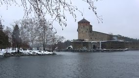 Взгляд древней крепости Olavinlinna, день в марте Savonlinna, Финляндия видеоматериал