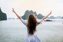 Взгляд женщины на заливе HALONG в руках Вьетнама и подъема Место всемирного наследия Unesco Стоковая Фотография