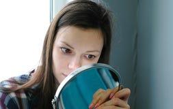 Взгляд женщины на ресницах после слоения плетки масло состава красотки ванны мылит обработку Стоковые Фотографии RF