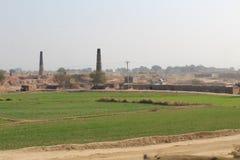 Взгляд жизни и полей деревни с печью для обжига кирпича стоковые фотографии rf