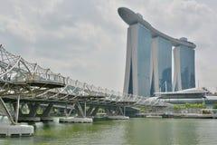 Взгляд залива Марины зашкурит здание и мост винтовой линии в Сингапуре Стоковая Фотография