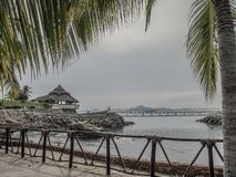 Взгляд залива с террасой на утесах мост с морем на заднем плане стоковое изображение