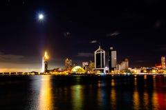 Взгляд залива Qingdao вечером, Qingdao, Китай стоковая фотография