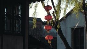 Взгляд замедленного движения китайских старых фонариков отбрасывая в ветре в старом городке Luzhi воды Украшение традиционного ки видеоматериал