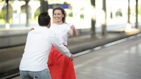 Взгляд замедленного движения пар на железнодорожном вокзале Красивый парень встречает ее девушку после длинного отключения видеоматериал