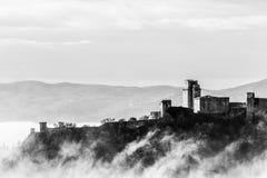 Взгляд замка Rocca Maggiore в Assisi Умбрии, Италии в середине тумана стоковое изображение