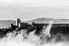 Взгляд замка Rocca Maggiore в Assisi Умбрии, Италии в середине тумана стоковая фотография