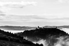 Взгляд замка Rocca Maggiore в Assisi Умбрии, Италии в середине тумана стоковые изображения