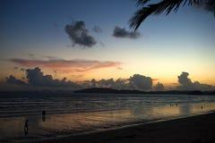Взгляд захода солнца вдоль пляжа 2 Стоковые Изображения