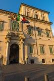 Взгляд захода солнца дворца Quirinal на Аркаде del Quirinale в Риме, Италии Стоковое Фото