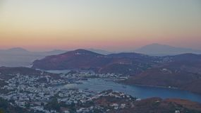 Взгляд захода солнца к городу от montains стоковая фотография rf