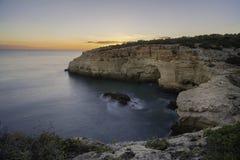Взгляд захода солнца над скалой стоковые изображения