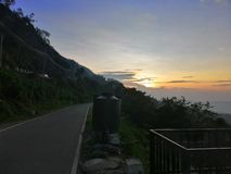Взгляд захода солнца на гористой дороге в eliya nuwara, Шри-Ланка стоковые изображения rf