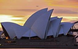 Взгляд захода солнца оперного театра и гавани Сиднея сценарный стоковое изображение