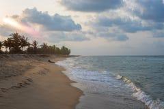 Взгляд захода солнца от пляжа стоковые фото