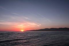 Взгляд захода солнца от пристани на пляже Санта-Моника, Лос-Анджелесе, Калифорнии, США стоковое фото