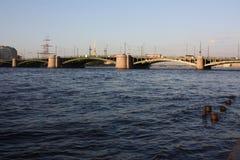 Взгляд захода солнца реки и моста стоковое фото