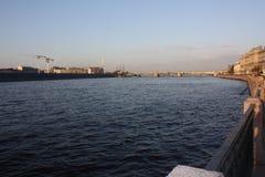 Взгляд захода солнца реки и моста стоковые изображения