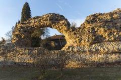 Взгляд захода солнца руин городищ в старом римском городе Diocletianopolis, городка Hisarya, Болгарии стоковые фото