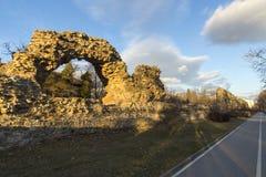 Взгляд захода солнца руин городищ в старом римском городе Diocletianopolis, городка Hisarya, Болгарии стоковое изображение