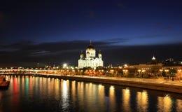 Взгляд захода солнца собора Христоса река спасителя и Москвы в Москве Стоковые Изображения