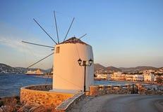 Взгляд захода солнца старой ветрянки и городка Paros старого стоковые изображения rf