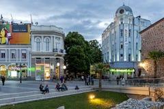 Взгляд захода солнца центральной пешеходной улицы около мечети Dzhumaya и римского стадиона в городе Plovd стоковые фотографии rf