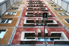 Взгляд здания мульти-этажа в трущобах города Фонарик на входе к входу стоковое изображение rf