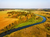 Взгляд земледелия сверху Древесины, река и поля осени стоковое изображение
