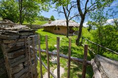 Взгляд землистого дома в Leshten любит fairy кабель Стоковое Фото
