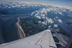 Взгляд земли от окна самолета Крыло плана Стоковая Фотография RF
