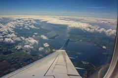 Взгляд земли от окна самолета Крыло плана Стоковые Фотографии RF