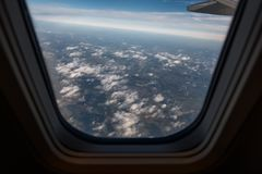 Взгляд земли через окно самолета Стоковое Изображение RF