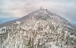 Взгляд зимы замка du Haut-Koenigsbourg в горах Вогезы alsace Франция Стоковая Фотография RF