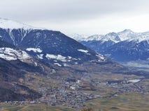 Взгляд зимы красивой долины Vinschgau южного Тироля Снежок вверху горы В долине деревни и замков Стоковая Фотография RF