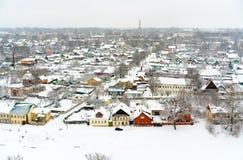 Взгляд зимы небольшого старого городка в России со средневековыми церков, монастыре, старых-fashione домах стоковое изображение rf