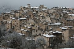 Взгляд зимы подлинных средневековых деревень Абруццо - Scanno с снегом, Италией Стоковые Изображения RF