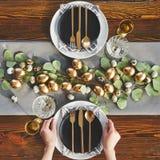 Взгляд золотого цыпленка eggs на праздничной таблице стоковое изображение rf