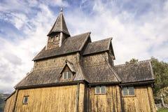 Взгляд идилличного и очень старый ударяет церковь, Норвегию стоковые фото