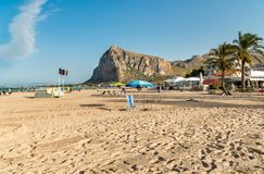 Взгляд известного пляжа каподастра San Vito Lo с Monte Монако в предпосылке Стоковые Изображения