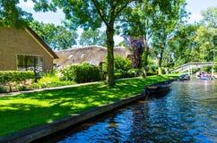 Взгляд известной деревни Giethoorn с каналами и деревенскими домами соломенной крыши Стоковое Изображение