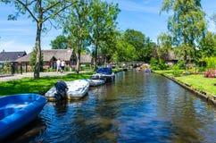 Взгляд известной деревни Giethoorn с каналами и деревенскими домами соломенной крыши Стоковые Изображения