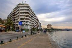 Взгляд известных белых башни и зданий leoforos Nikis на s Стоковое Изображение