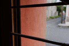 Взгляд изнутри получившегося отказ дома входной дверью стоковое фото