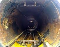 Взгляд изнутри рассекателя конца участков трубки Чистка оборудования Седимент масляных нагаров на оборудовании Стоковое фото RF