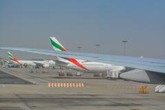 Взгляд изнутри самолета, от взлётно-посадочной полосы авиапорта в Дубай Стоковая Фотография RF